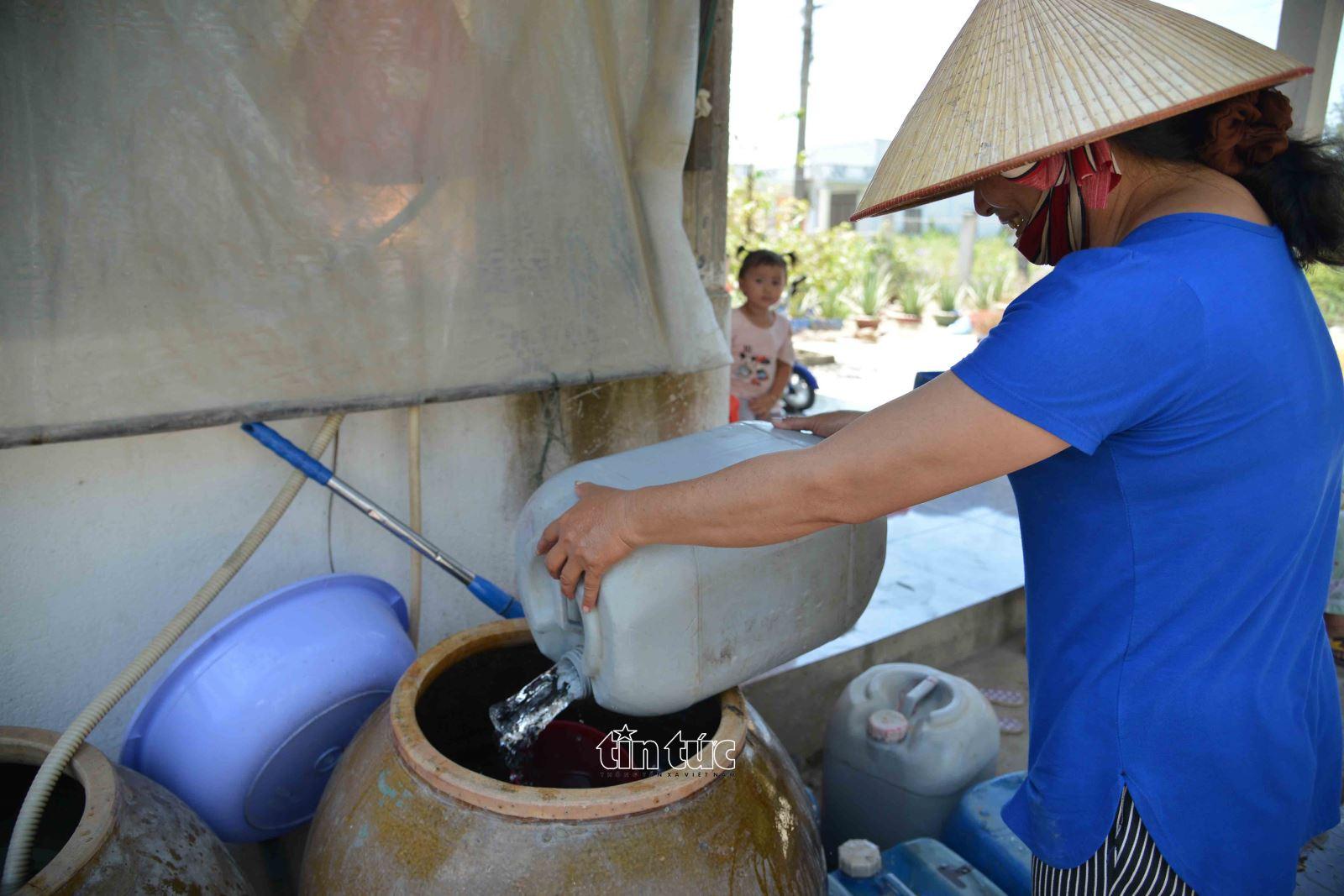 Những can nước sạch sau khi lấy về người dân sẽ trữ trong các lu để dùng dần.