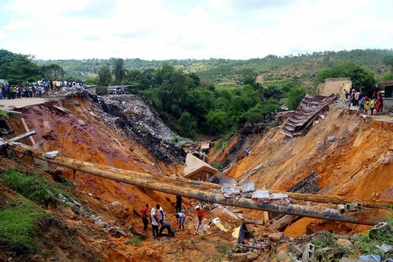 Hoạt đồng tìm kiếm các thi thể mất tích sau vụ lở đất do mưa lớn thành phố Kinshasa, Cộng hòa Dân chủ Congo.