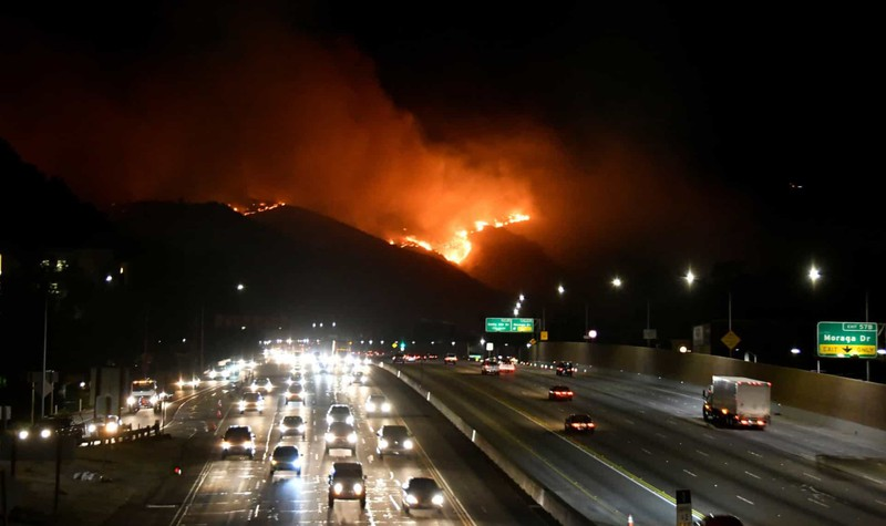 Cháy rừng trên những ngọn đồi ở phía tây Los Angeles, California, Mỹ.