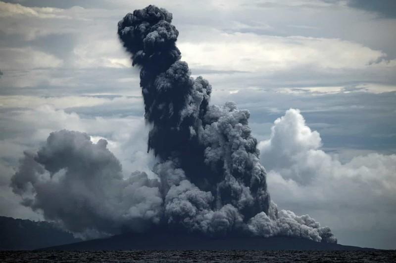 Núi lửa Anak Krakatau phun ra khói đen khi phun trào ở Sunda Strait tại Lampung, Indonesia.
