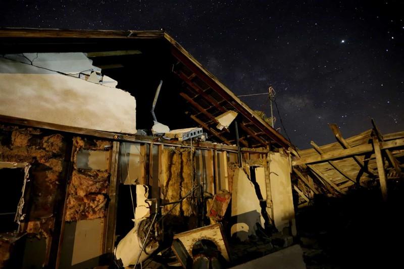 Một ngôi nhà bị phá hủy sau trận động đất có cường độ 7,1 gần tâm chấn tại Trona, California, Mỹ.